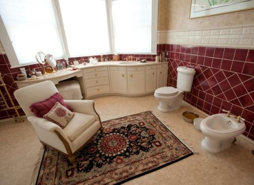 Living room arrangement in a bathroom