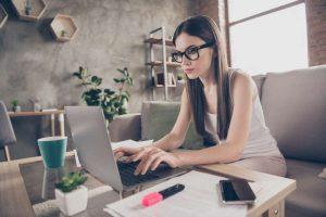 female agent working online
