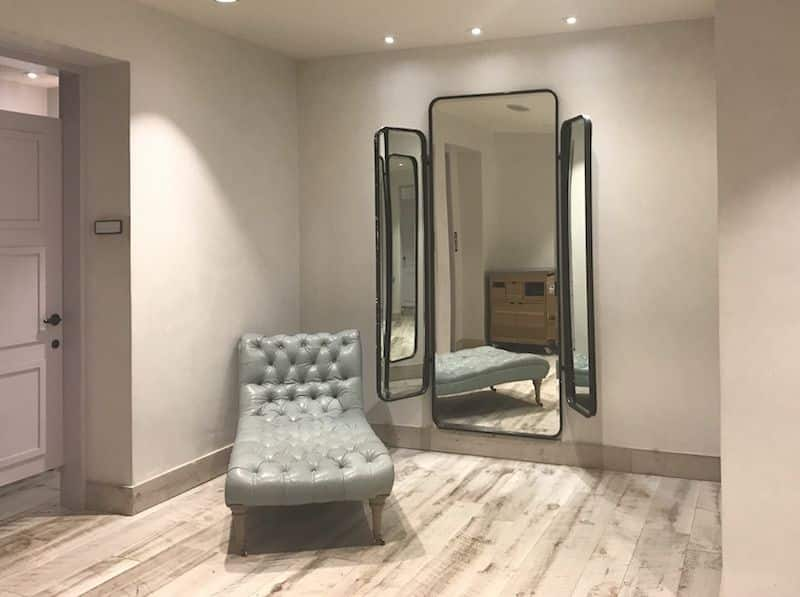 Screenshot of Mirror Outside Fitting Room